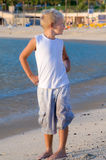 Ragazzo alla spiaggia che osserva il a sinistra Fotografie Stock