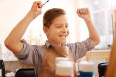 Ragazzo allegro che esprime felicità nella scuola Fotografia Stock