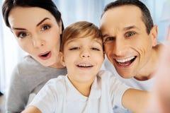 Ragazzo allegro che prende il selfie del primo piano con i genitori Fotografia Stock Libera da Diritti