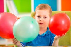 Ragazzo allegro del bambino sulla festa di compleanno Fotografie Stock Libere da Diritti