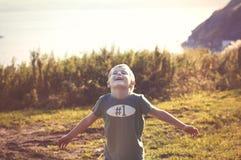 Ragazzo allegro felice che cammina all'aperto Fotografia Stock
