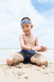 Ragazzo allegro sulla spiaggia con il mare su fondo. Fotografie Stock