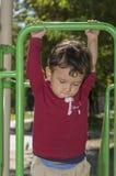 Ragazzo 2 anni che giocano nel campo da giuoco Immagini Stock Libere da Diritti