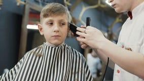 Tagli Di Capelli Per Bambini Maschi : Il barbiere taglia il cliente macchina per i tagli di capelli