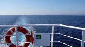 Ragazzo arancio di vita dell'anello sul traghetto bianco Attrezzatura di sicurezza obbligatoria della nave Unità di lancio person Immagine Stock Libera da Diritti