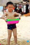 Ragazzo asiatico alla spiaggia immagini stock libere da diritti