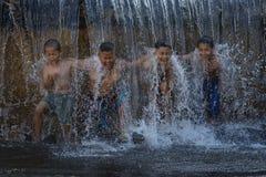 Ragazzo asiatico che gioca alla cascata Fotografie Stock