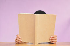 Ragazzo asiatico che legge un libro Fotografie Stock