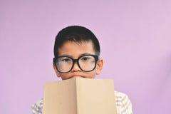Ragazzo asiatico che legge un libro Fotografia Stock Libera da Diritti