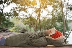 Ragazzo asiatico che legge un libro sul parco Fotografia Stock Libera da Diritti