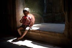 Ragazzo asiatico che si siede nel tempio Fotografie Stock