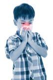 Ragazzo asiatico che usando tessuto per pulire moccolo Bambino con il sintomo di allergia Fotografia Stock