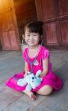 Ragazzo asiatico che usando tessuto per pulire moccolo Bambino con il sintomo di allergia Fotografia Stock Libera da Diritti