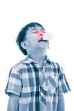 Ragazzo asiatico che usando tessuto per pulire moccolo Bambino con il sintomo di allergia Immagini Stock