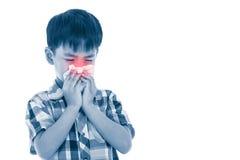 Ragazzo asiatico che usando tessuto per pulire moccolo dal suo naso Isolato su bianco Fotografia Stock