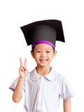 Ragazzo asiatico con un cappello dell'abito accademico Fotografie Stock Libere da Diritti