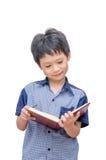 Ragazzo asiatico felice che legge un libro Fotografia Stock Libera da Diritti