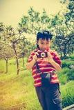 Ragazzo asiatico felice che si rilassa all'aperto nel tempo di giorno, viaggio sul VCA Fotografie Stock