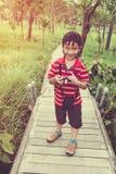 Ragazzo asiatico felice che si rilassa all'aperto nel tempo di giorno, viaggio sul VCA Fotografie Stock Libere da Diritti
