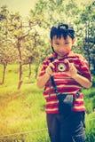 Ragazzo asiatico felice che si rilassa all'aperto nel tempo di giorno, viaggio sul VCA Fotografia Stock