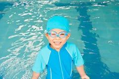 Ragazzo asiatico in vestito di nuoto al raggruppamento Immagini Stock Libere da Diritti