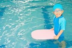 Ragazzo asiatico in vestito di nuoto al raggruppamento Immagini Stock
