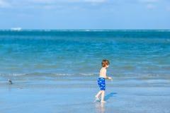 Ragazzo attivo del bambino divertendosi su Miami Beach, Key Biscayne Bambino sveglio felice che corre vicino all'oceano il giorno immagine stock