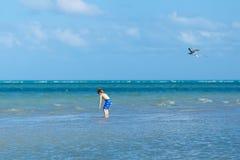 Ragazzo attivo del bambino divertendosi su Miami Beach, Key Biscayne Bambino sveglio felice che corre vicino all'oceano il giorno fotografia stock