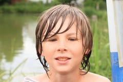 Ragazzo bagnato congelato fotografie stock