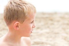 Ragazzo bagnato del Sandy alla spiaggia Fotografie Stock Libere da Diritti