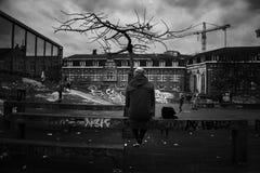 Ragazzo in bianco e nero urbano Skatepark di Bruxelles fotografie stock libere da diritti