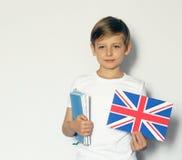 Ragazzo biondo sveglio che posa con la bandiera di britannici Immagine Stock Libera da Diritti