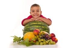 Ragazzo in buona salute e frutta fresca Fotografia Stock