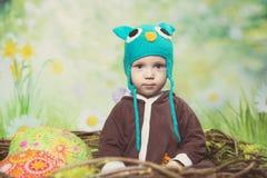Ragazzo in cappello blu su un fondo verde fotografia stock libera da diritti