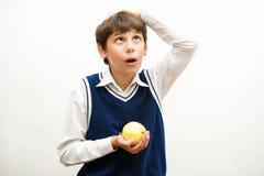 Ragazzo, che è caduto sulla testa di una mela Fotografie Stock Libere da Diritti