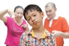 Ragazzo che è rimproverato dai genitori Fotografie Stock