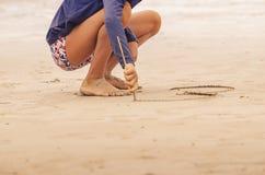 Ragazzo che attinge la sabbia della spiaggia immagini stock