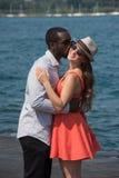 Ragazzo che bacia una bella ragazza Fotografia Stock