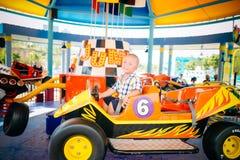 Ragazzo che conduce automobile in parco amusemant fotografia stock libera da diritti