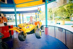 Ragazzo che conduce automobile in parco amusemant immagine stock libera da diritti