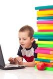 Ragazzo che digita sul computer portatile immagini stock libere da diritti