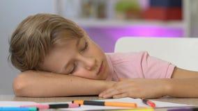 Ragazzo che dorme alla tavola, stanca dopo la verniciatura, sognante per trasformarsi in in artista famoso stock footage
