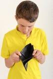 Ragazzo che esamina un portafoglio vuoto Immagini Stock Libere da Diritti