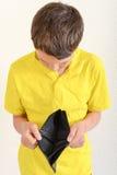 Ragazzo che esamina un portafoglio vuoto Fotografia Stock Libera da Diritti