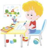 Ragazzo che fa compito dopo il suo gioco con i giocattoli Fotografia Stock