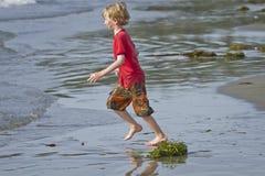 Ragazzo che funziona alla spiaggia Fotografie Stock