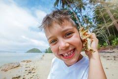 Ragazzo che gioca alla spiaggia Fotografia Stock