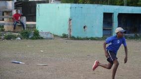 Ragazzo che gioca a baseball nella Repubblica dominicana archivi video
