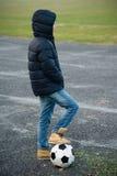 Ragazzo che gioca calcio Immagine Stock