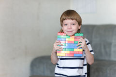 Ragazzo che gioca con i lotti dei blocchi di plastica variopinti dell'interno Fotografia Stock Libera da Diritti